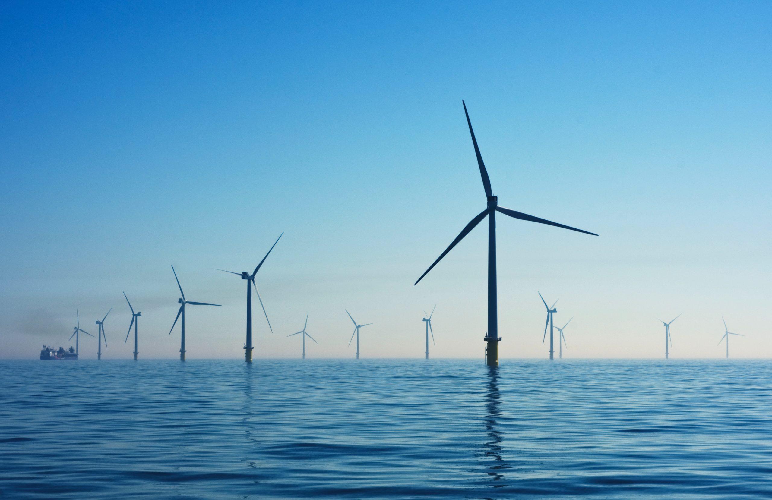 Vėjo jėgainių parkas prie Didžiosios Britanijos krantų. Nicholas Doherty nuotr. iš Unsplash.com